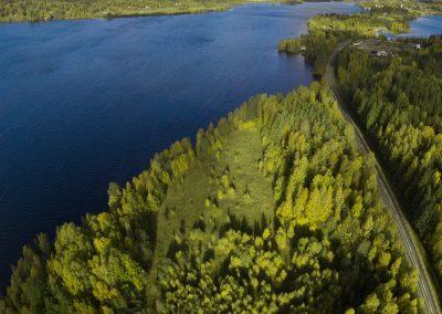 Flygvy över området mot norr, med Grangärde i bakgrunden